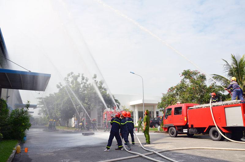 Thực tập phương án chữa cháy tại Khu công nghiệp Giao Long.