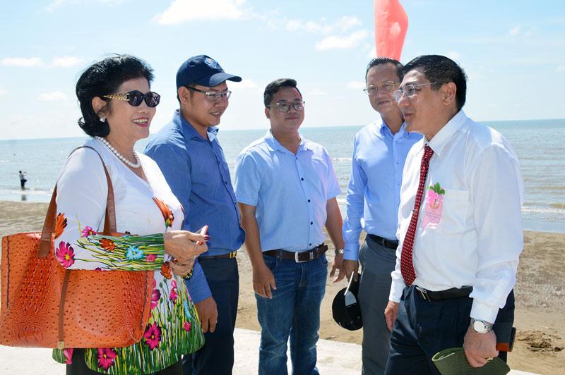 Phó chủ tịch UBND tỉnh Trương Duy Hải gặp gỡ các nhà đầu tư, các chuyên gia về phát triển du lịch tại huyện Thạnh Phú. Ảnh: C. Trúc
