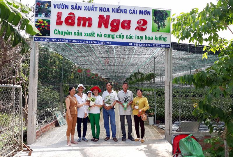 Bà Nga (người thứ nhất bên trái) cùng Câu lạc bộ nông dân tỷ phú, tại cơ sở hoa kiểng của bà.