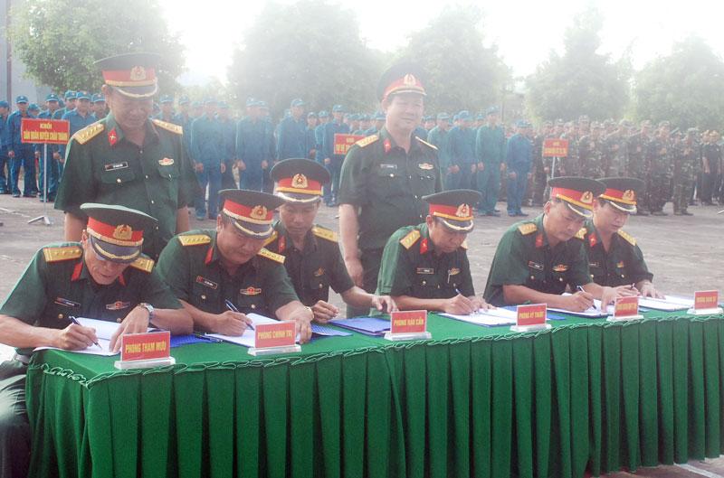 Thủ trưởng Bộ CHQS tỉnh chứng kiến các cơ quan, đơn vị ký kết giao ước thi đua năm 2018. Ảnh: Đặng Thạch