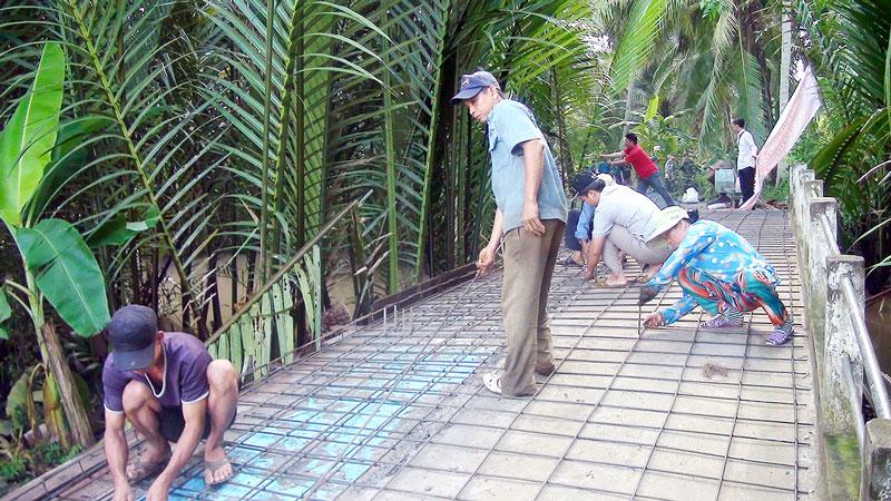 Người dân Ấp 3, xã Nhơn Thạnh xây dựng giao thông nông thôn.