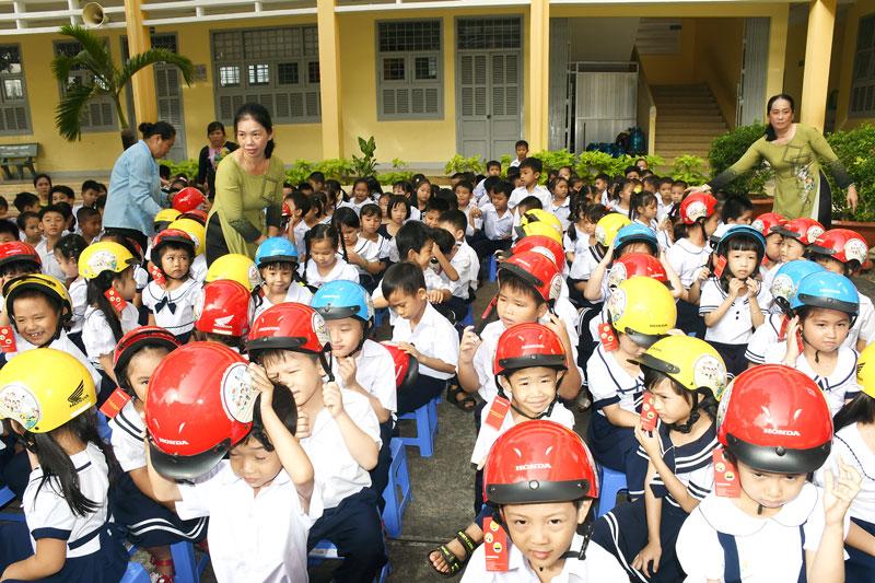 Tặng mũ bảo hiểm cho học sinh lớp 1 Trường Tiểu học Nhơn Thạnh, TP. Bến Tre.