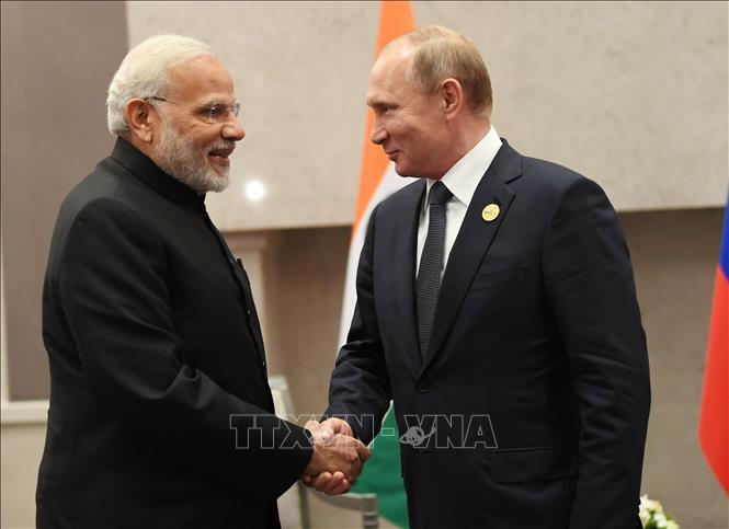 Tổng thống Nga Vladimir Putin (phải) trong cuộc gặp Thủ tướng Ấn Độ Narendra Modi tại một hội nghị ở Johannesburg, Nam Phi ngày 26-7-2018. Ảnh: AFP/TTXVN