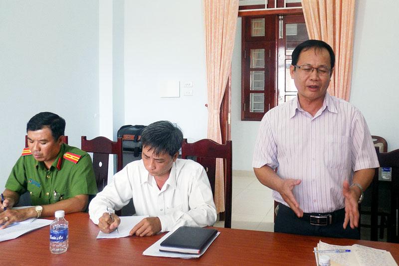 Đại biểu xã Bình Thành nêu ý kiến đến đoàn kiểm tra tỉnh. Ảnh: Minh Mừng