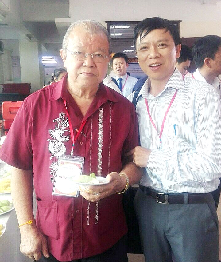 GS Võ Tòng Xuân và đại biểu Bến Tre bên lề Hội thảo. Ảnh: Khắc Kỳ