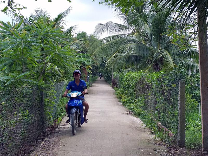 Tuyến đường liên tổ 1- 4 ấp Bình Thanh được bê-tông hóa khang trang, sạch đẹp.
