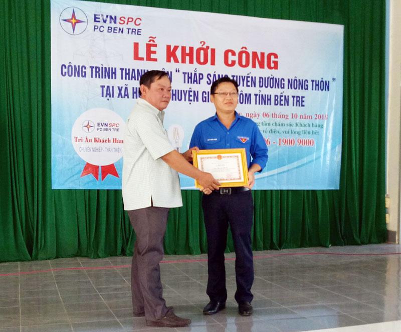 Lãnh đạo xã Hưng Lễ trao thư cảm ơn cho Đoàn ủy Công ty Điện lực tỉnh. Ảnh: Mộng Tiền