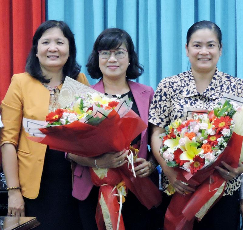 Trưởng ban Tổ chức Tỉnh ủy Hồ Thị Hoàng Yến (bìa trái) chụp ảnh lưu niệm với đồng chí Đỗ Thị Thu Thảo và đồng chí Nguyễn Thị Lệ Thủy về công tác ở Trung ương.