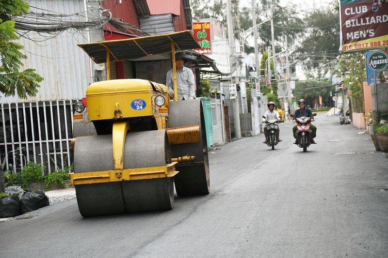 Thi công nhựa hóa đường Nguyễn Ngọc Nhựt.