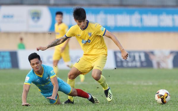 FLC Thanh Hóa đang thi đấu có phần lấn lướt trước Khánh Hòa. Ảnh: VnExpress