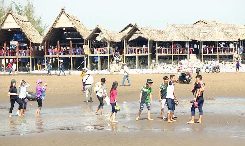 Du khách tham quan, du lịch tại bãi biển Cồn Bửng. Ảnh: Q. Vinh