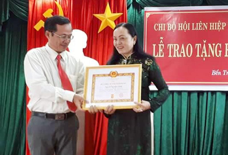 Chị Nguyễn Thị Kiều Oanh nhận Huy hiệu 30 năm tuổi Đảng. Ảnh: CTV