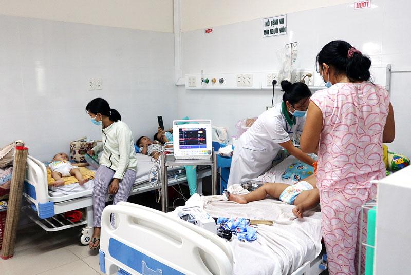Trẻ mắc bệnh TCM điều trị tại Khoa Nhi Bệnh viện Nguyễn Đình Chiểu.