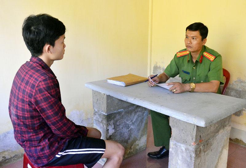 Trung tá Nguyễn Văn Châu đang làm việc với một đối tượng.