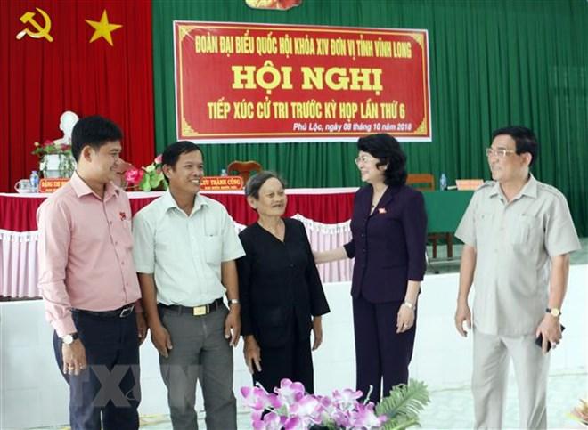 Quyền Chủ tịch nước Đặng Thị Ngọc Thịnh với cử tri huyện Tam Bình. Ảnh: TTXVN