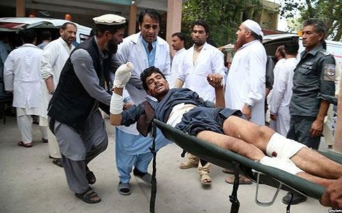 Một nạn nhân của vụ đánh bom. Ảnh: EPA