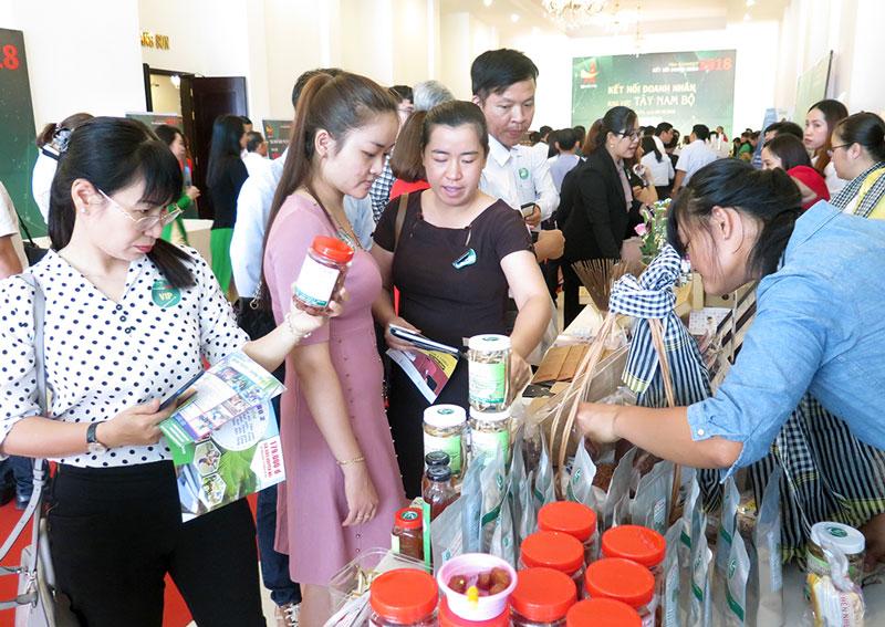 Các đại biểu tham quan các sản phẩm trưng bày của doanh nghiệp trẻ khu vực Tây Nam Bộ. Ảnh: T. Thảo