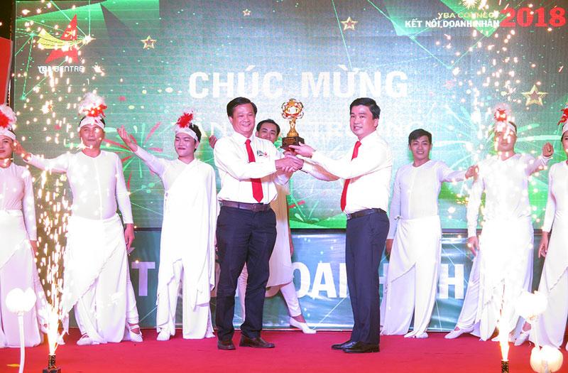 Chủ tịch YBA Bến Tre Trần Anh Thuy trao cúp Cụm trưởng Tây Nam Bộ cho đại diện YBA An Giang. Ảnh: T. Thảo