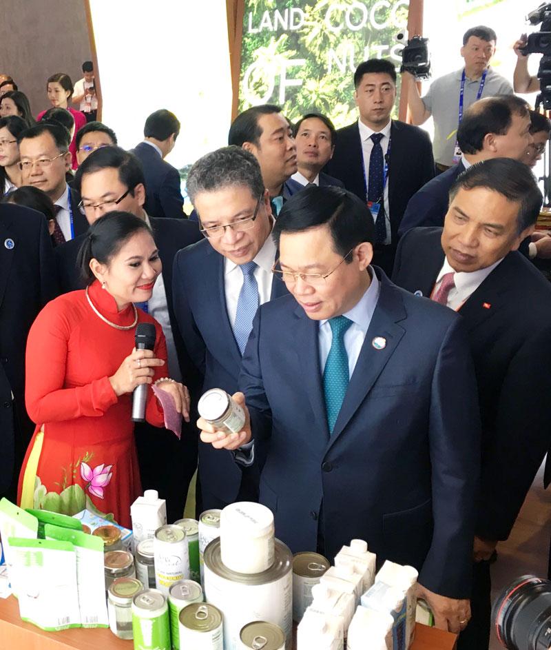 Phó thủ tướng Chính phủ Vương Đình Huệ tham quan gian hàng triển lãm của tỉnh tại Hội chợ Trung Quốc - ASEAN lần thứ 15. Ảnh: CTV
