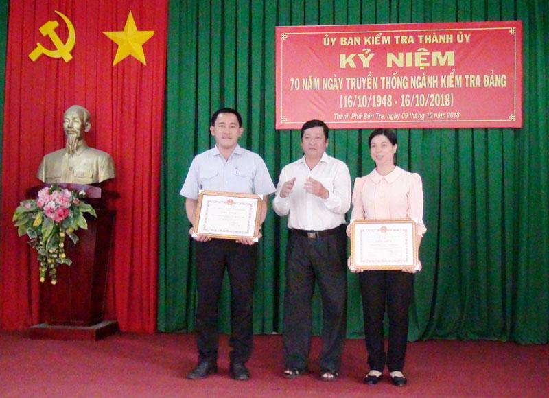 Phó bí thư Thường trực Thành ủy Võ Thanh Hồng trao giấy khen của UBND thành phố cho các tập thể có thành tích xuất sắc trong phong trào thi đua kỷ niệm 70 năm ngành kiểm tra Đảng.