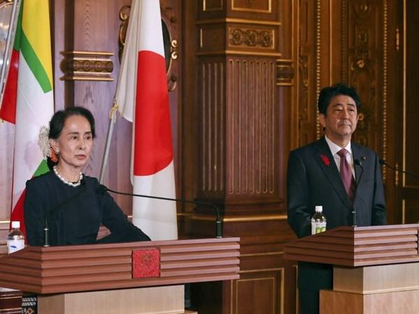 Thủ tướng Nhật Bản Shinzo Abe (phải) và Cố vấn Nhà nước kiêm Bộ trưởng Ngoại giao Myanmar San Suu Kyi tại cuộc gặp ở Tokyo ngày 9-10-2018.