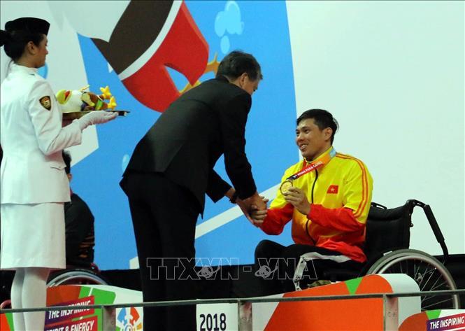 VĐV Võ Thanh Tùng nhận Huy chương vàng thứ 3 tại Asian Para Games 2018. Ảnh: Hải Ngọc/TTXVN