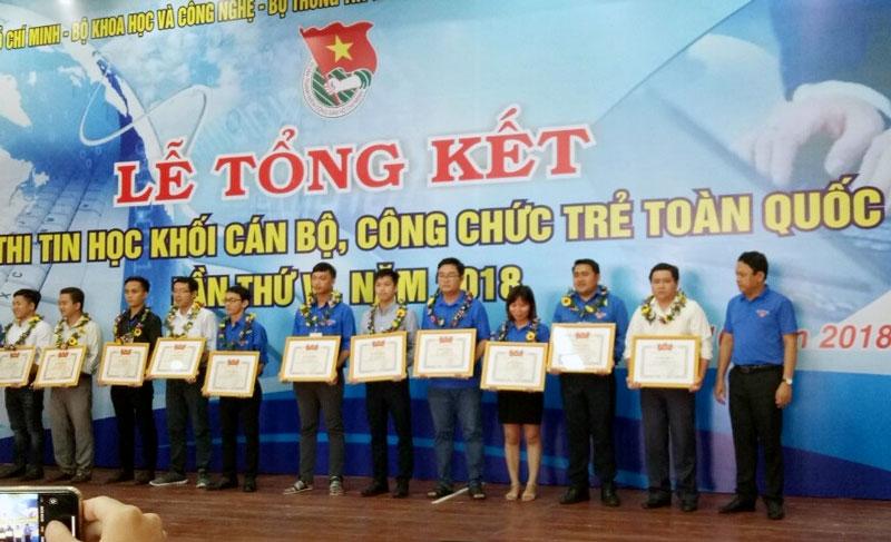 Anh Đặng Tấn Đạt (thứ 2 từ phải sang) - chuyên viên Trung tâm Thông tin điện tử, Văn phòng UBND tỉnh Bến Tre đạt giải Ba ở phần thi Kỹ năng cá nhân. Ảnh: ĐTĐ