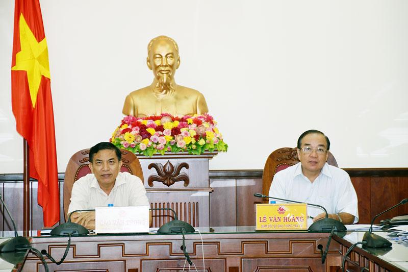 Chủ tịch UBND tỉnh - Trưởng ban ATGT tỉnh Cao Văn Trọng (bên trái) dự hội nghị tại điểm cầu Bến Tre.