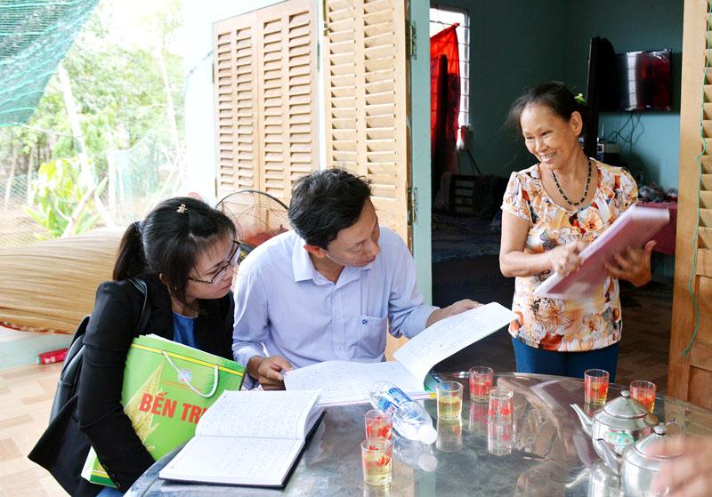 Đoàn công tác của tỉnh kiểm tra sổ nhật ký ghi chép của hộ nghèo ở xã Thạnh Phước (Bình Đại).