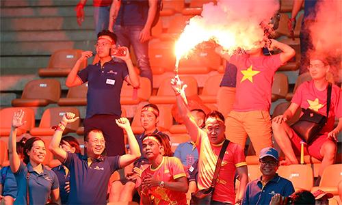CĐV Việt Nam đốt pháo sáng trên khán đài sân Bogor hôm 29-8-2018.