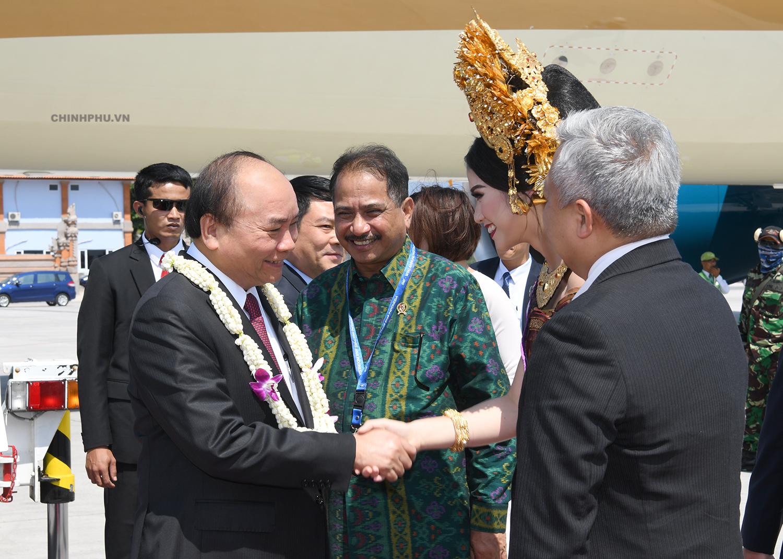 Đại diện Indonesia đón Thủ tướng tại sân bay.
