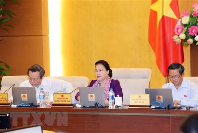 Chủ tịch Quốc hội Nguyễn Thị Kim Ngân và các Phó Chủ tịch Quốc hội Đỗ Bá Tỵ (bên phải), Phùng Quốc Hiển (bên trái) tại phiên họp của Ủy ban Thường vụ Quốc hội.