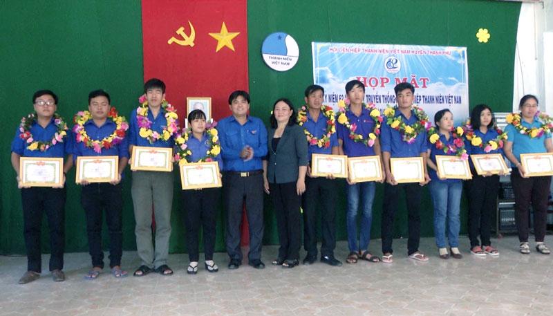Hội LHTN Việt Nam huyện tuyên dương cán bộ hội, hội viên và thanh niên. Ảnh: Lê Chẳn