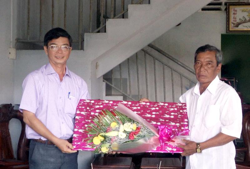 Chủ tịch UBND huyện Thạnh Phú Đào Công Thương tặng hoa và quà cho Công ty TNHH thương mại và xây dựng Ép Rép. Ảnh: Lê Chẳn