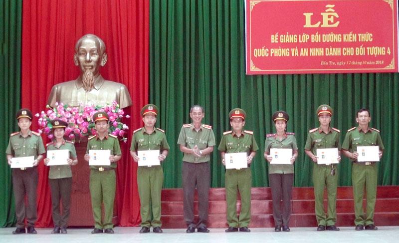 Giám đốc Công an tỉnh Nguyễn Văn Hoàng trao chứng nhận cho các học viên xếp loại giỏi. Ảnh: Bảo Nhân