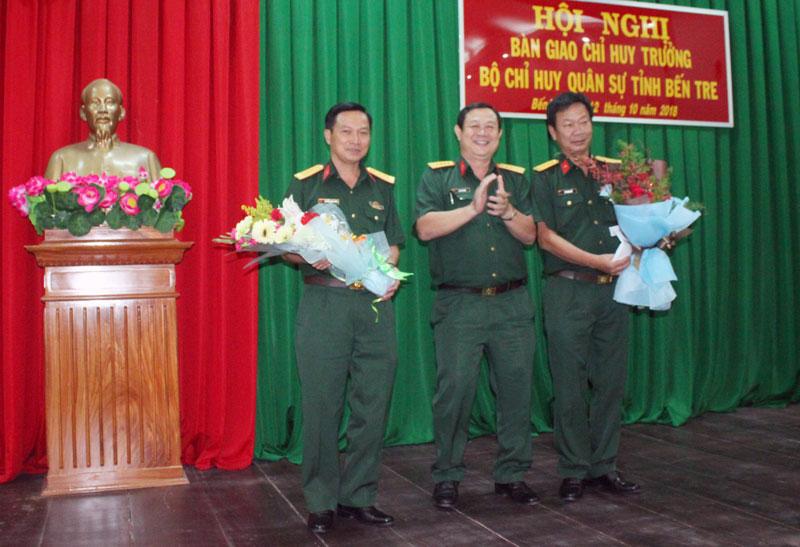 Đại tá Lê Văn Hùng, Chính ủy Bộ CHQS tỉnh tặng hoa chúc mừng hội nghị