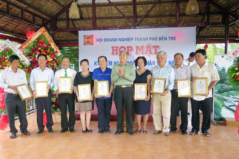 Bí thư Thành ủy Nguyễn Văn Đức trao giấy chứng nhận hội viên cho hội viên mới. Ảnh: T. Thảo