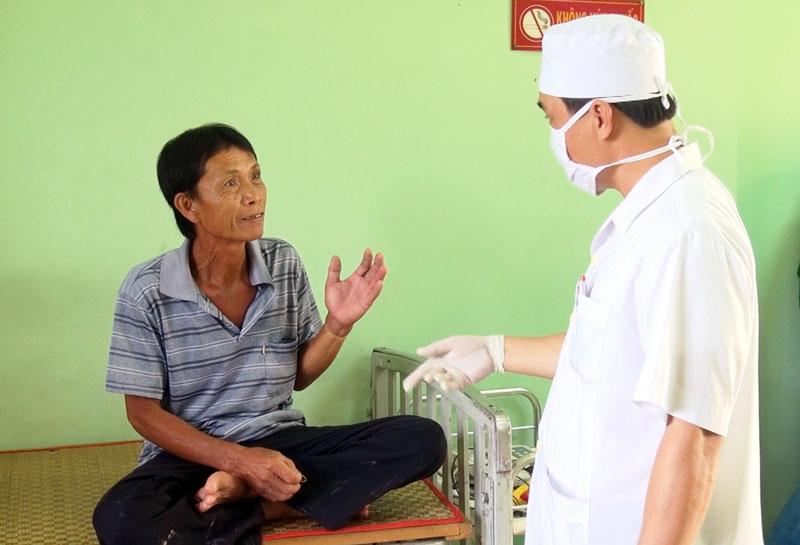 Người dân không may bị rắn độc cắn đang điều trị tại Trại rắn Đồng Tâm. Ảnh: M. Phương