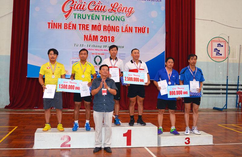 Ban tổ chức trao giải cho các vận động viên. Ảnh: A. Nguyệt
