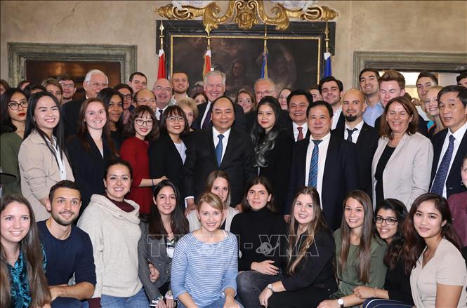 Thủ tướng Nguyễn Xuân Phúc chụp ảnh chung với Ban lãnh đạo và sinh viên Đại học Ứng dụng Krems IMC. Ảnh: Thống Nhất/TTXVN