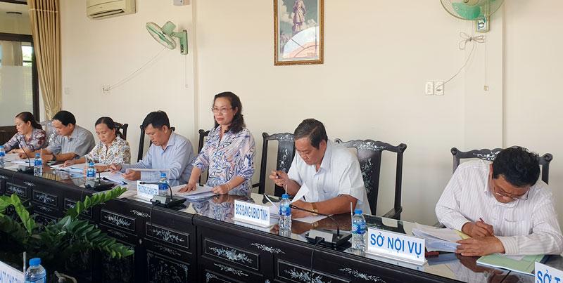 Hiệu trưởng Trường Chính trị Bến Tre Nguyễn Trúc Hạnh báo cáo kết quả công tác đào tạo, bồi dưỡng trong năm 2018. Ảnh: Q. Hùng
