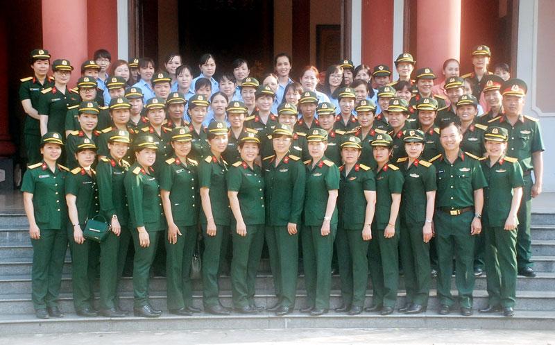Phụ nữ LLVT tỉnh cùng phụ nữ LLVT các tỉnh sông Tiền tham quan Đền thờ Nữ tướng Nguyễn Thị Định.