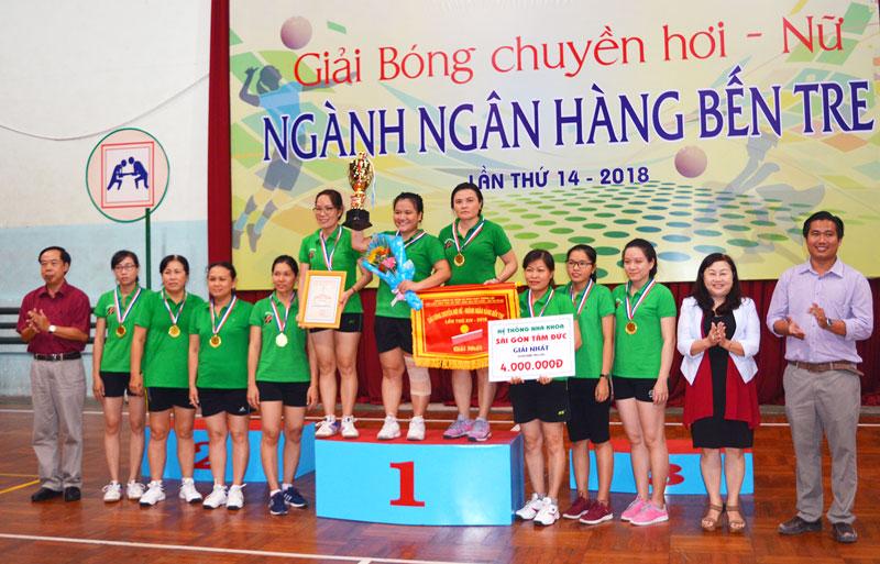 Ban Tổ chức trao giải cho đội bóng hạng nhất.