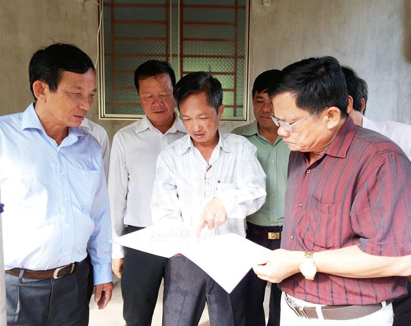 Đoàn giám sát tại công trình Thủy lợi Nam Bến Tre tại xã Phú Khánh. Ảnh: Phan Hân