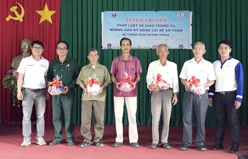 Tặng quà cho các hội viên tham gia buổi tuyên truyền.