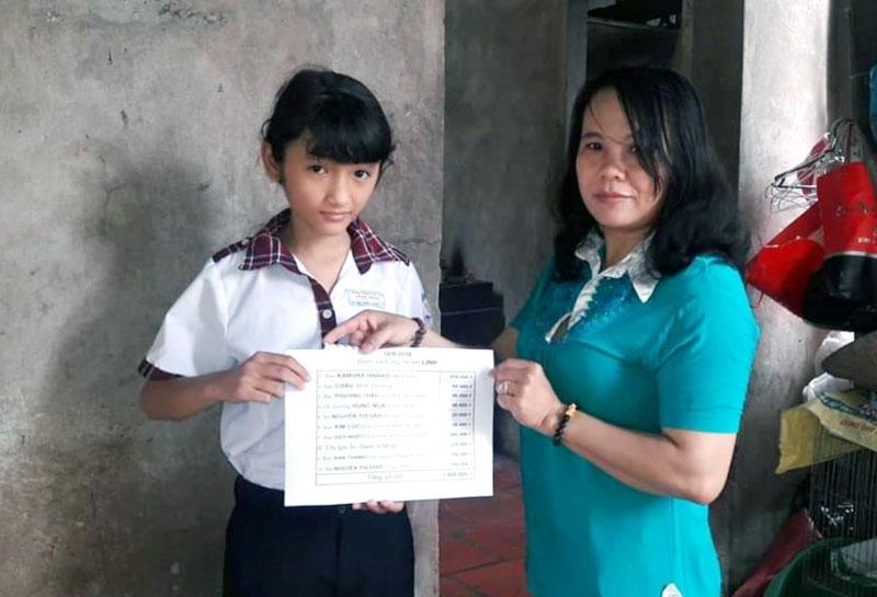 Chị Thu đến tận nhà trao học bổng cho một em học sinh nghèo vượt khó trong xã. Ảnh: Việt Cường
