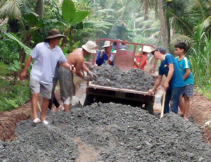 Thi công làm đường nông thôn tại xã Tân Hưng, huyện Ba Tri. Ảnh: H. Đức