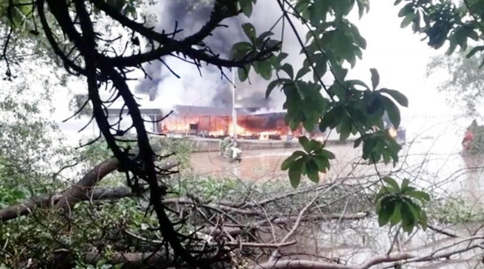 Tàu bốc cháy thiệt hại hầu hết tài sản trên tàu. Ảnh: M. Phương
