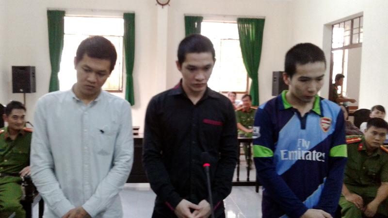 Các bị cáo Tài, Vinh, Quang (từ trái qua) tại phiên tòa hình sự sơ thẩm chiều 18-10-2018. Ảnh: H. Đức