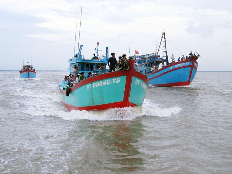 Tàu đánh bắt xa bờ xã Bình Thắng.